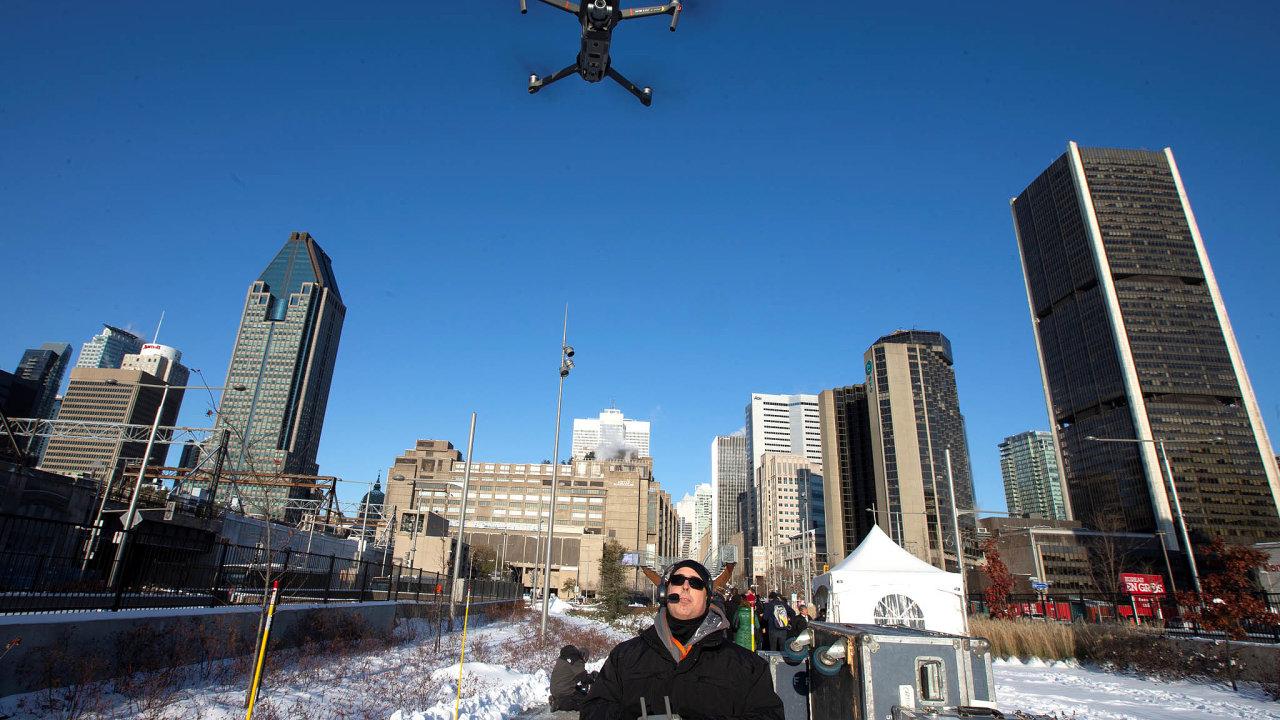 Čínská dominance. Pokud naobloze objevíte dron, bude snejvětší pravděpodobností odčínské společnostiDJI. Vyrábí drony vceně od 500doněkolika tisícdolarů. Řada jiných značek odní odebírá komponenty.