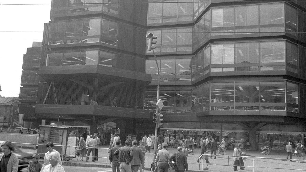 Kotva postavená vestylu brutalismu podle návrhu architektů Věry aVladimíra Machoninových zaujala místo bývalého kostela svatého Benedikta. Ito bylo pro ateistický komunistický režim typické.