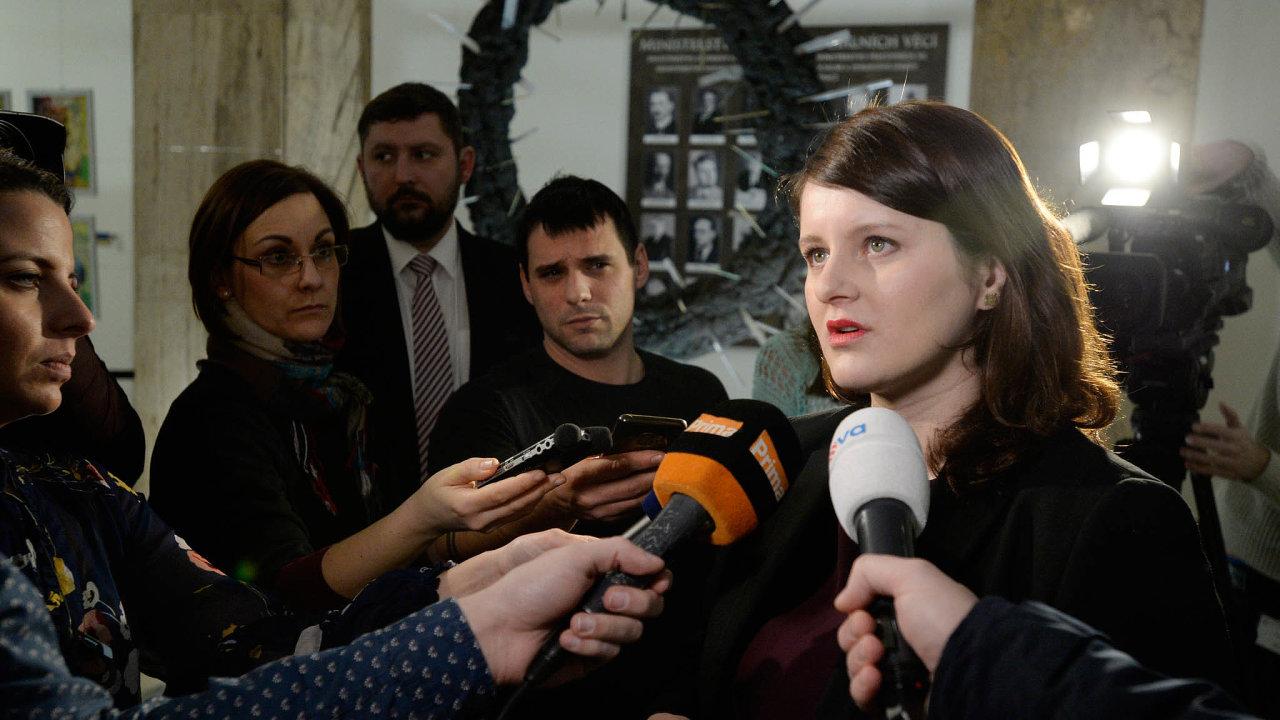 Jana Maláčová uvedla, že se odstoupit nechystá. Šéf koaliční ČSSD Jan Hamáček ji podpořil. Uvedl, že je v roli svědka, ne obviněné.