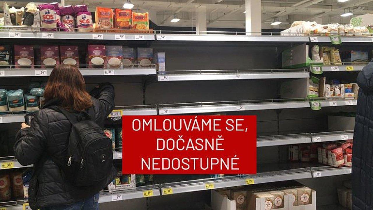 Záběry z pražských obchodů: lidé rychle vykupují rýži, těstoviny i lunchmeat.