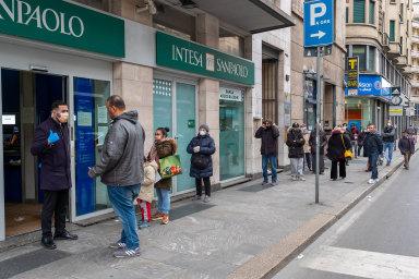 Zaměstnanci bank v Itálii nemají dostatek ochranných pomůcek. Mají proto strach znákazy koronavirem.