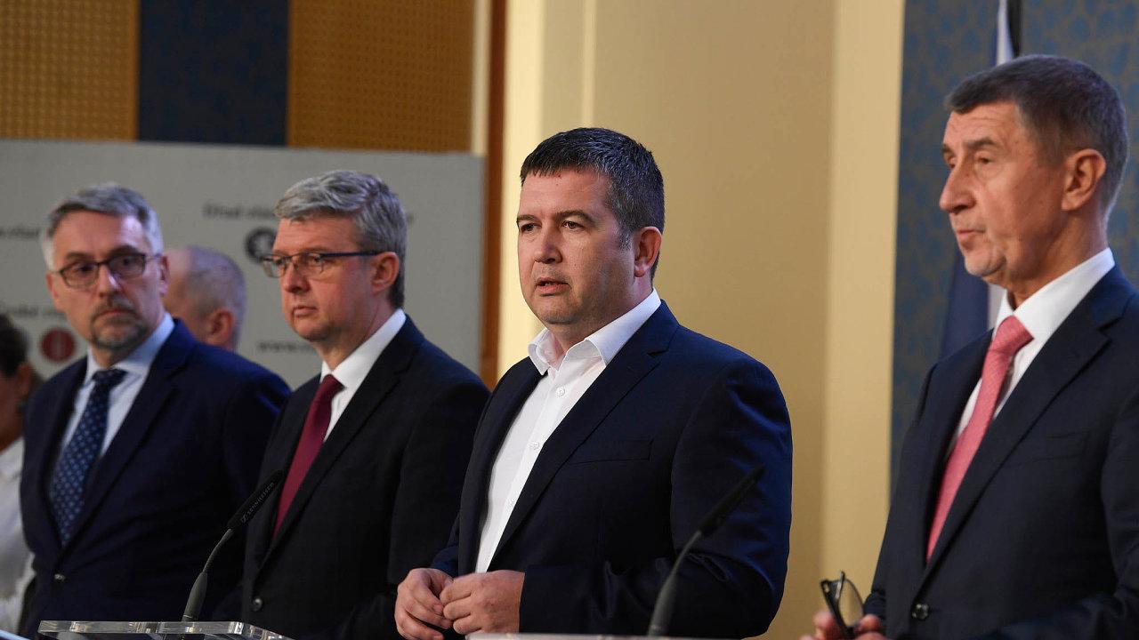 Ministr obrany Lubomír Metnar (vlevo) odevzdal dokument, podle něhož by vevýjimečné situaci mohl stát řídit premiér (Andrej Babiš vpravo, mezi nimi Karel Havlíček aJan Hamáček).