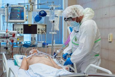 Boj s virem: V případě, že nemoc způsobená koronavirem zasáhne člověka těžce, je nutné starat se o něj na jednotce intenzivní péče. Část lidí nepřežije bez umělé plicní ventilace.