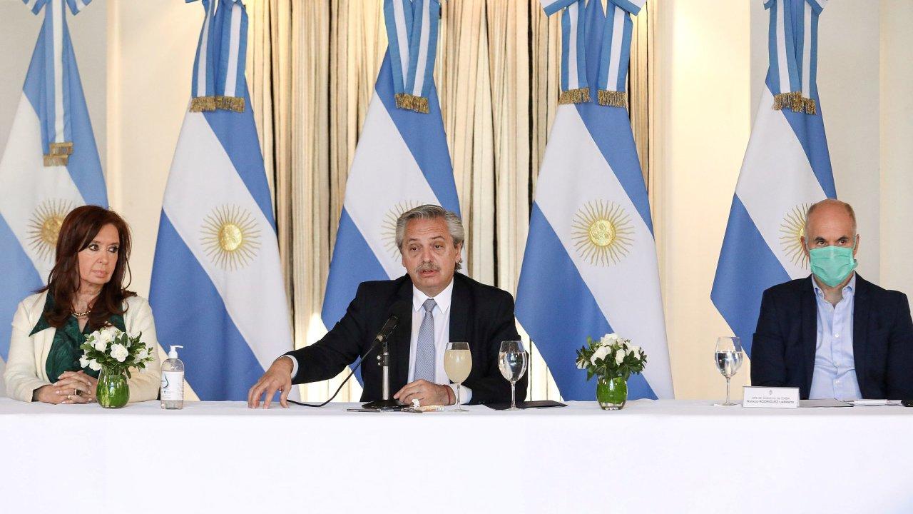 Argentinský prezident Alberto Fernández (uprostřed) při představení návrhu na restrukturalizaci státního dluhu, 16. dubna 2020.