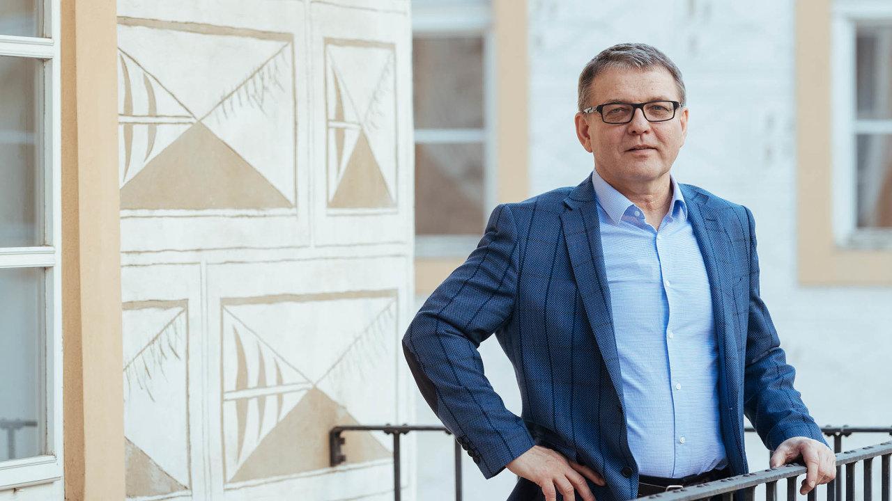 Výměna ministrů nebude tak rychlá, jak si předseda ČSSD představuje. Ministr kultury Lubomír Zaorálek zatím nabídku Jana Hamáčka převzít půl roku před volbami ministerstvo zahraničí nepřijal.