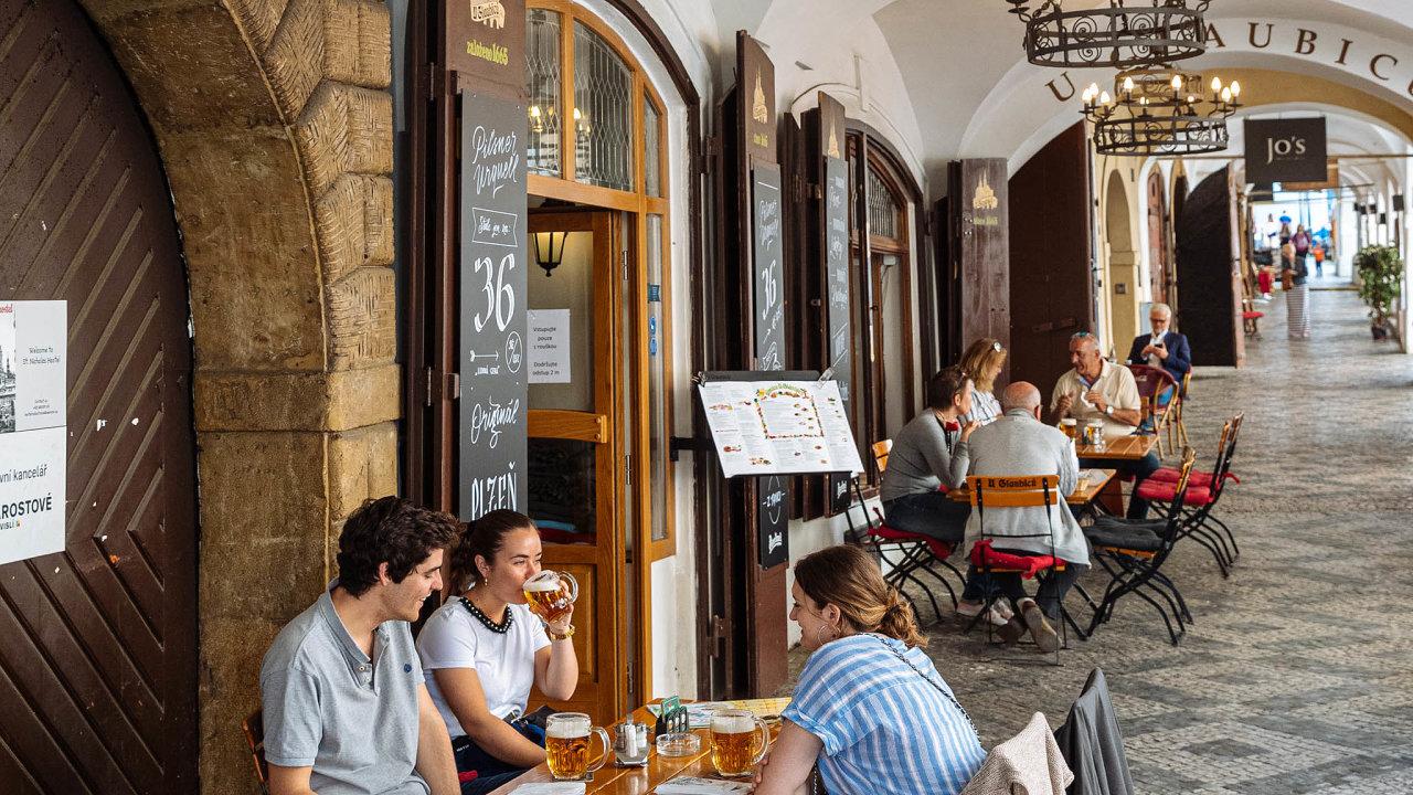Plno ibez turistů. Restaurace UGlaubiců naMalostranském náměstí patří mezi pražské výjimky, kam se hosté vrátili takřka okamžitě.