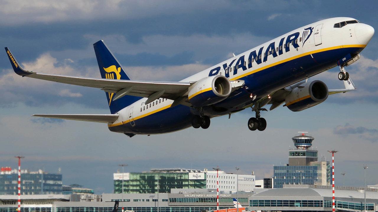 Opět nanebi: Zdráhy pražské Ruzyně odčervna opět odlétají letadla vbarvách Ryanairu.