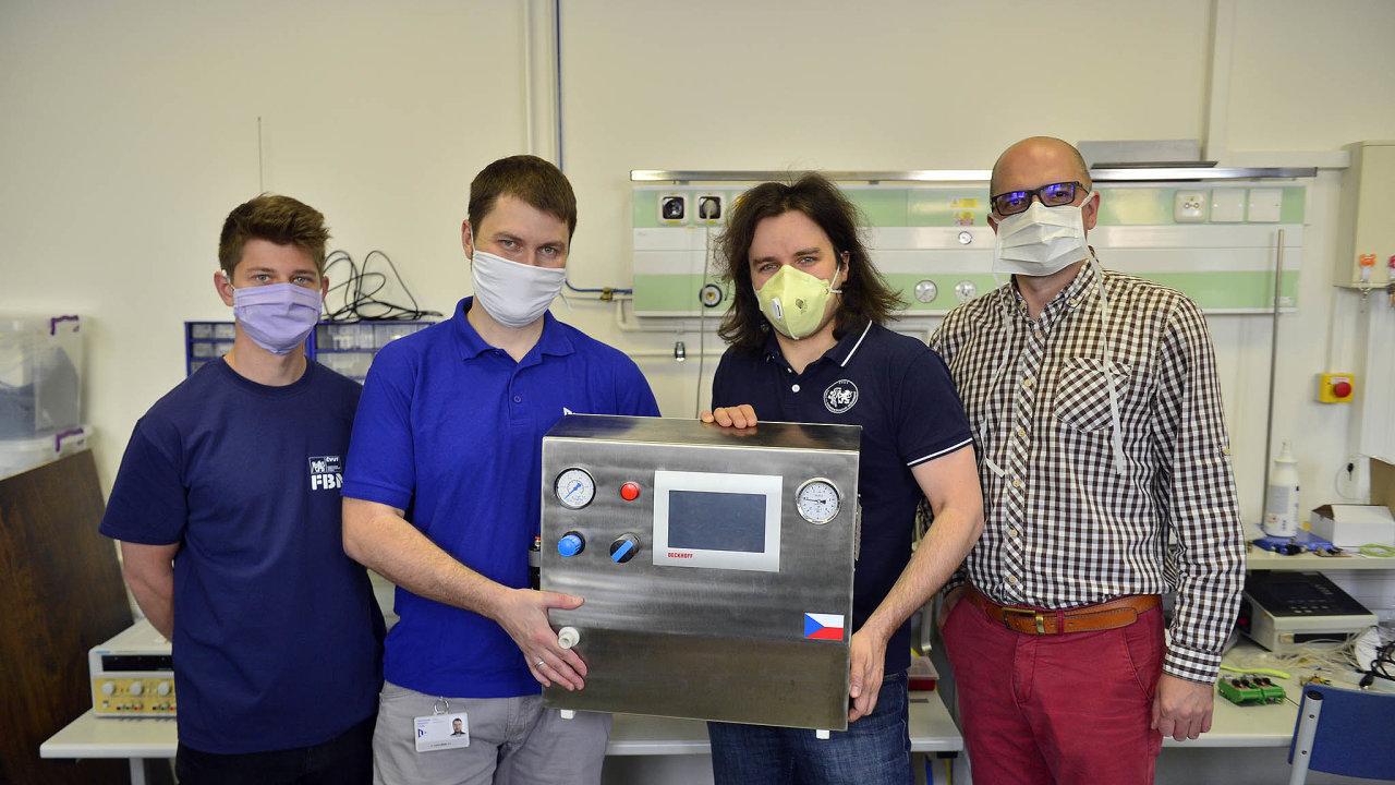 Ventilátor vyvinul tým Karla Roubíka zFakulty biomedicínského inženýrství ČVUT vespolupráci střebíčskou firmou MICo Medical, která je začala letos vdubnu vyrábět.