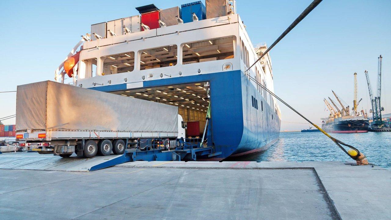 Kamion vjíždí do trajektu - ilustrační foto.