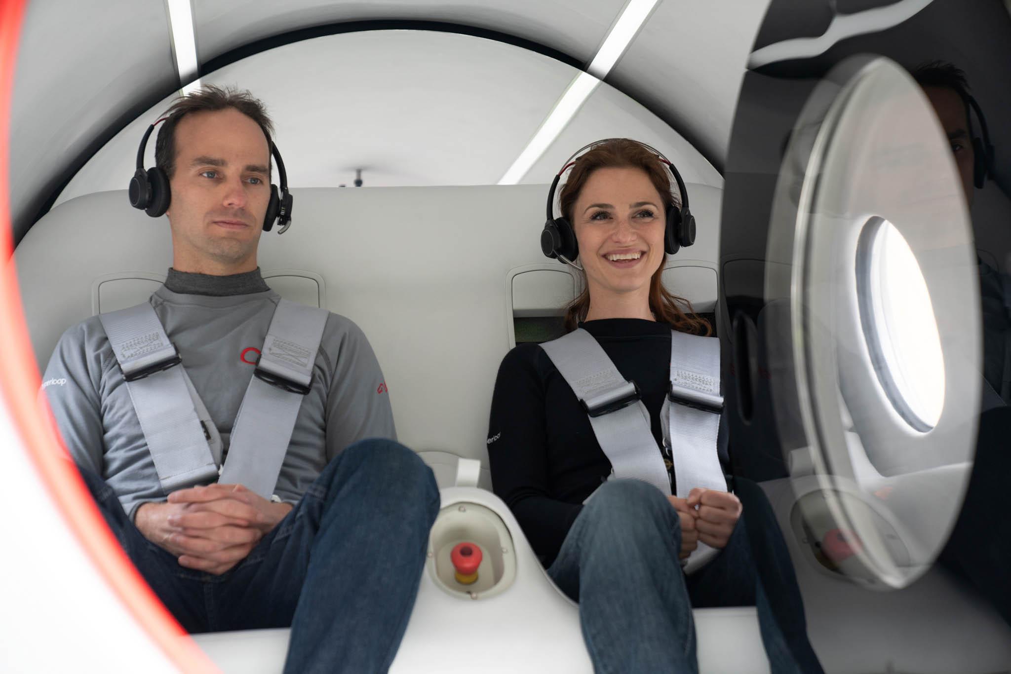 Kapslí se svezlitechnický ředitel Josh Giegel aředitelka pro zážitky cestujících Sara Luchianová.