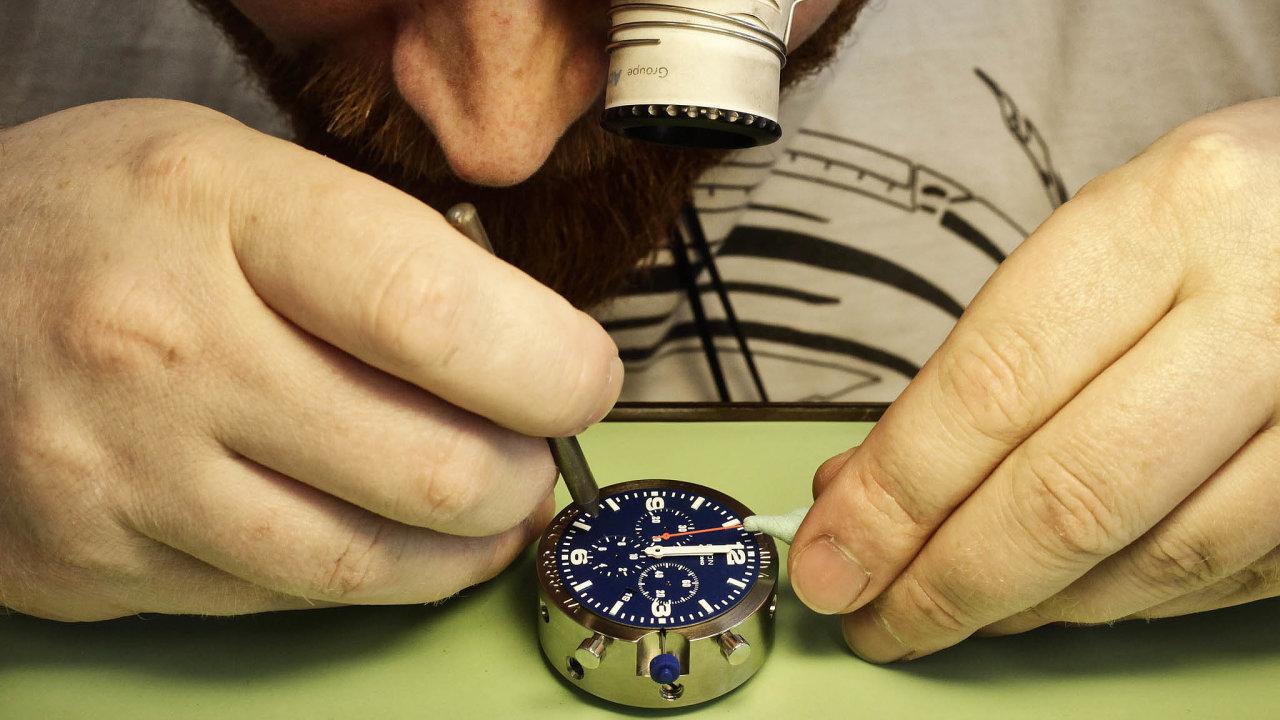 Setiny milimetru rozhodují při výrobě strojků náramkových hodinek, jako jsou ty zNového Města nad Metují. Podobně přesné musí být argumenty konkurenčních hodinářů usoudu.
