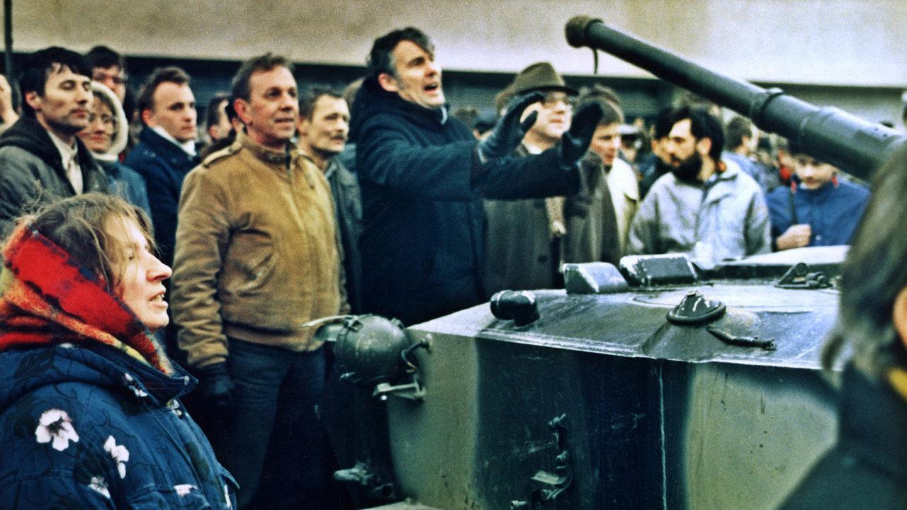 Stát!Skupina Litevců se snaží zastavit ruské tanky před Domem tisku veVilniusu. Moskva nechtěla připustit odtržení země odsvého impéria.