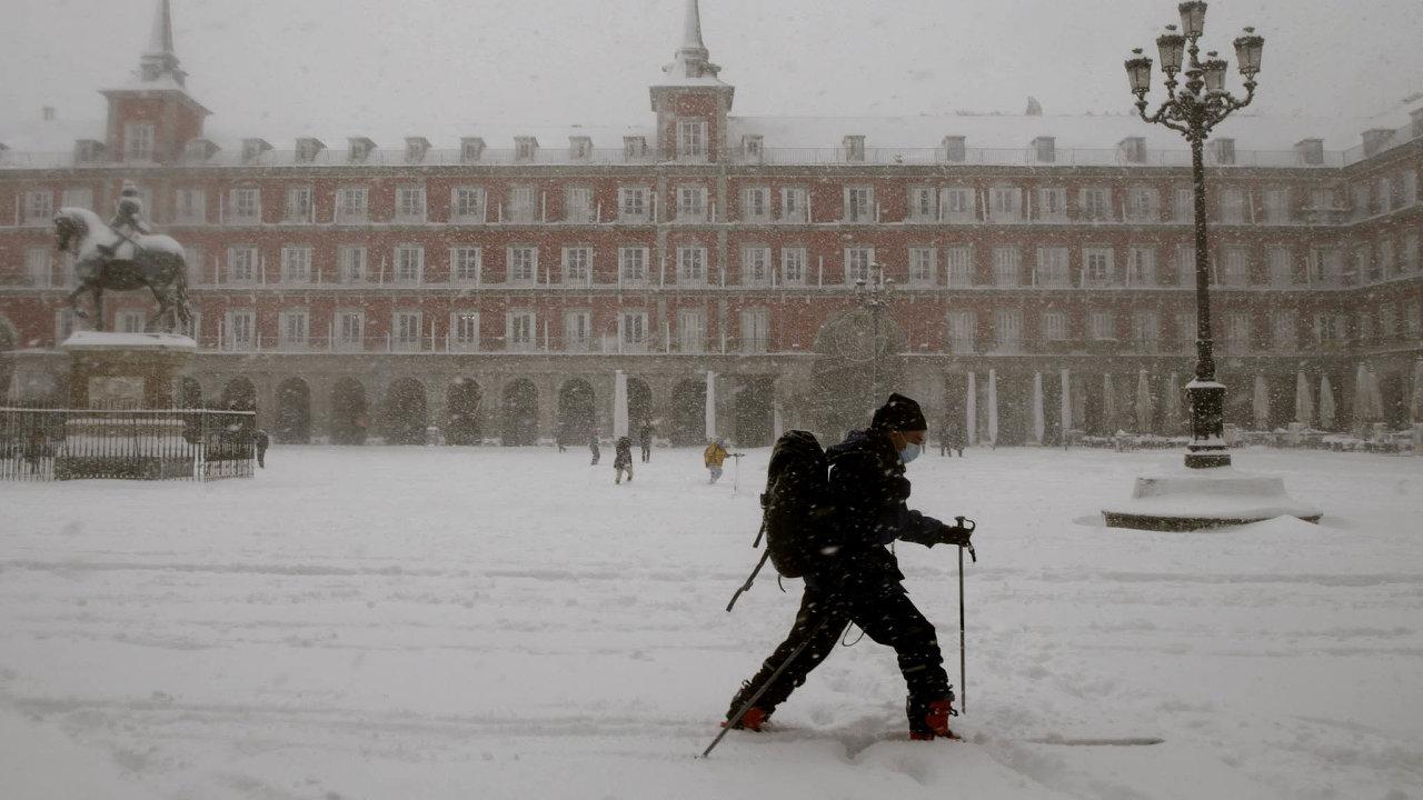 Madrid pod sněhem. Už dlouhá léta nezažili obyvatelé hlavního španělského města takovou nadílku.