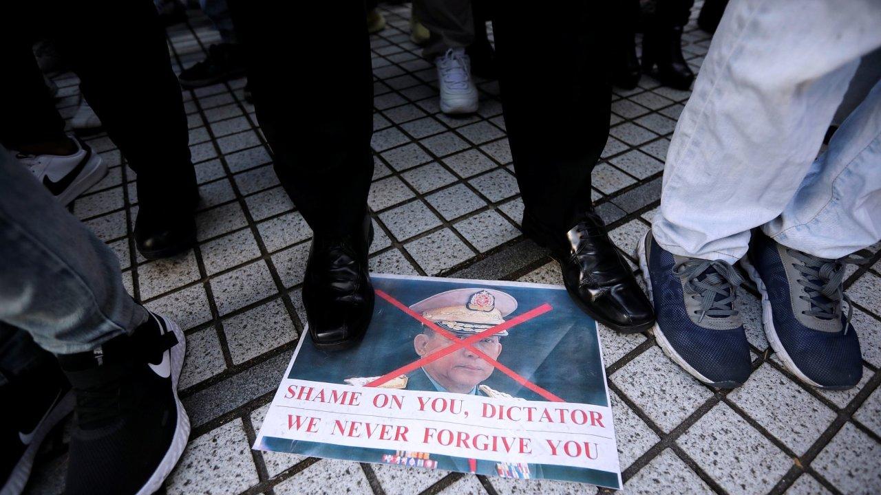 Barmští emigranti se sešli na podporu civilní vlády v hlavním městě Japonska Tokiu.