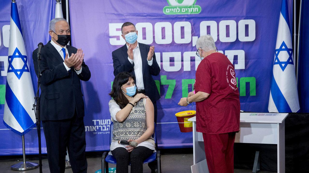 Izraelský premiér Benjamin Netanjahu (vlevo) a ministr zdravotnictví Juli Edelstein při očkování pětimiliontého obyvatele v pondělí 8. března v Tel Avivu.