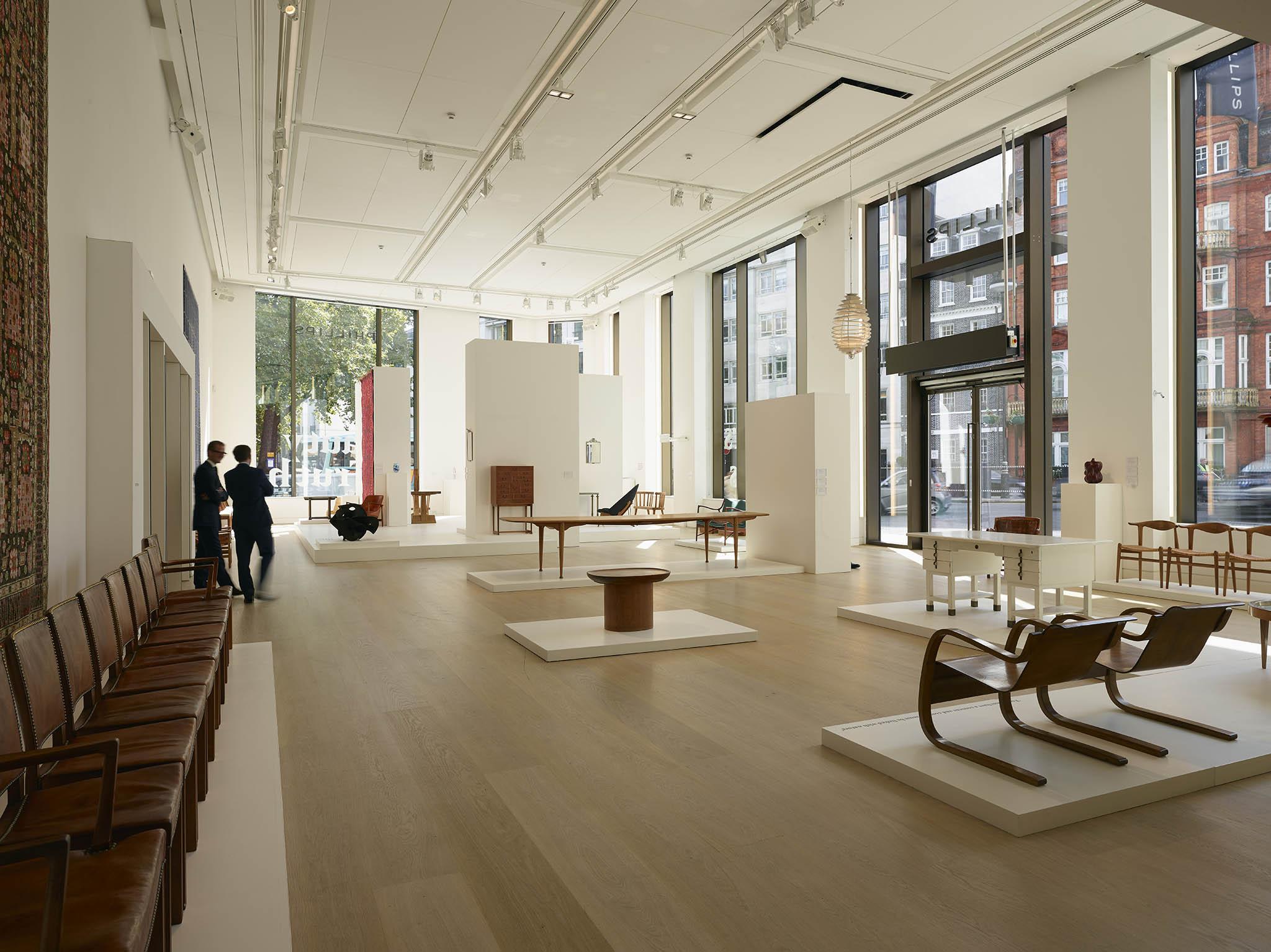 Před aukcí mají zájemci odražená díla kdispozici čtyřpatrový výstavní prostor naprestižní londýnské adrese. Tam si mohou díla prohlédnout až10dní před samotnou aukcí.