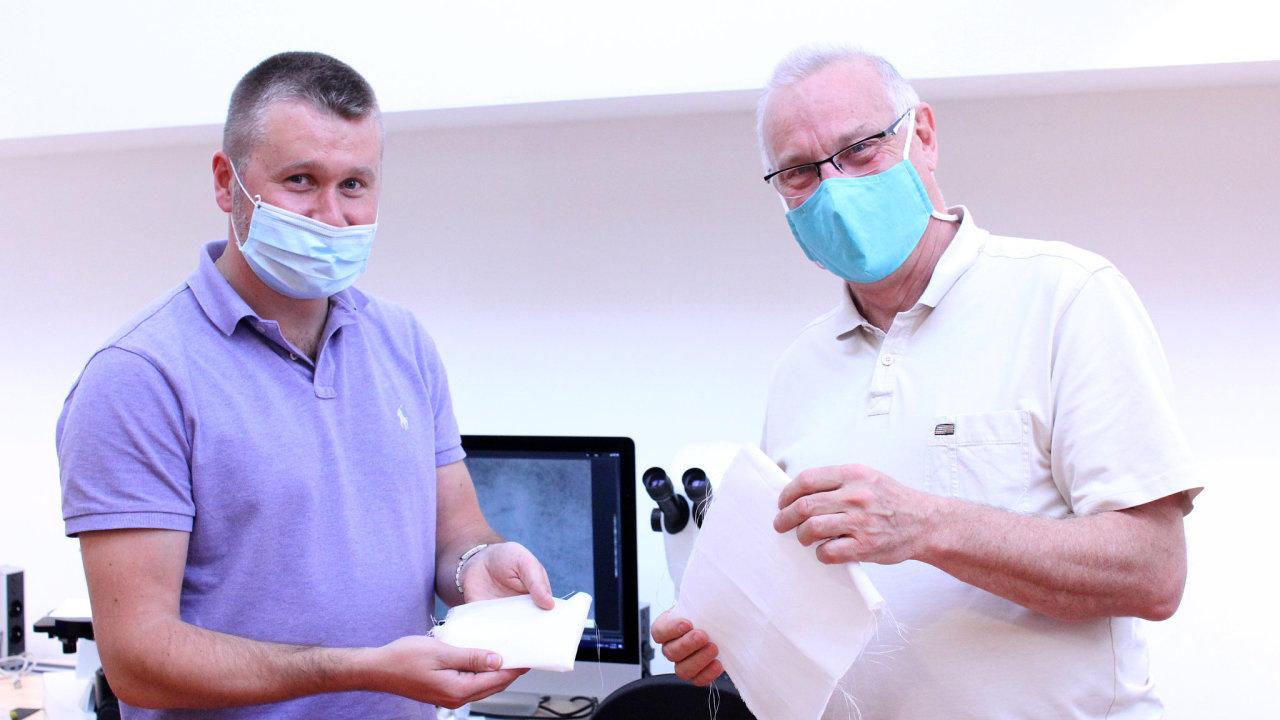 Vědci z Technické univerzity v Liberci Jiří Chvojka (vlevo) a Petr Louda vyvinuli snadno rozložitelný materiál, ze kterého by se mohly vyrábět roušky.
