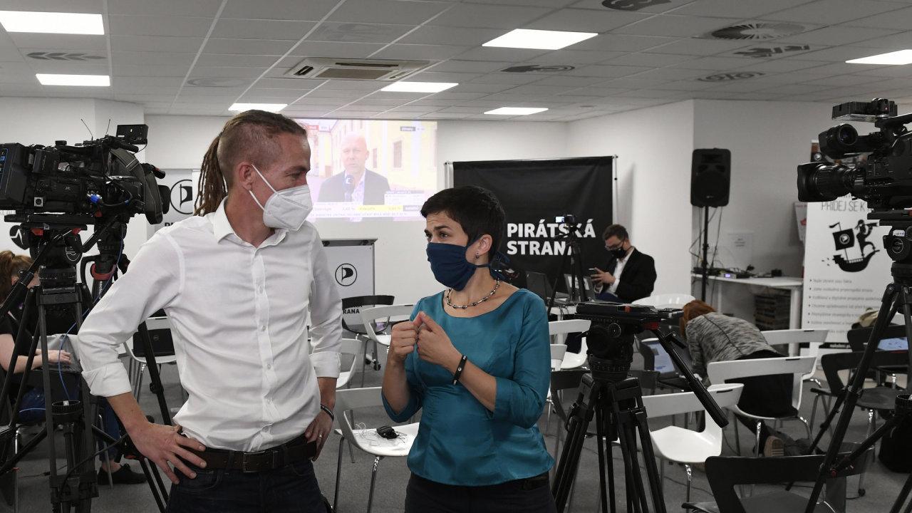 Piráti prověřují uchazeče o ministerské posty. Předseda strany Ivan Bartoš, který aspiruje na funkci premiéra, rozmlouvá s Olgou Richterovou, jež má zájem o post ministryně práce (ilustrační foto).