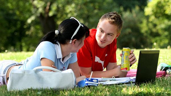 Radlery si mladí lidé často berou na piknik.