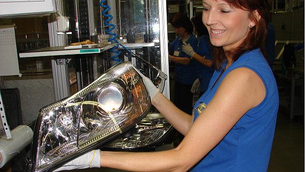Výroba automobilových světlometů v Mohelnickém závodě společnosti Hella.