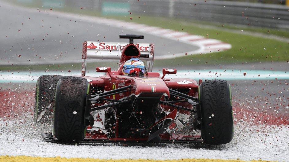 Fernando Alonso skončil GP Malajsie v únikové zóně
