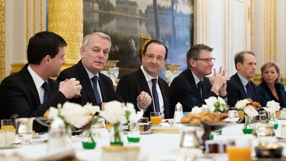 Premiér Ayrault (uprostřed) na schůzce s prezidentem Hollandem