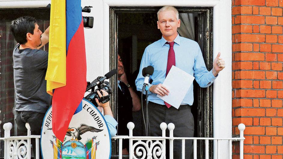 Assange při projevu z balkonu ekvádorské ambasády v Londýně