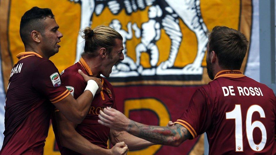 Leandro Castan, Federico Balzaretti a Daniele De Rossi slaví gól v římském derby