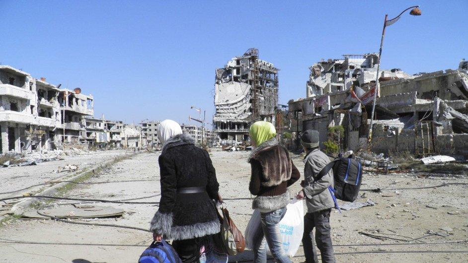 Civilisté ve vyhladovělém Homsu připravení k evakuaci.