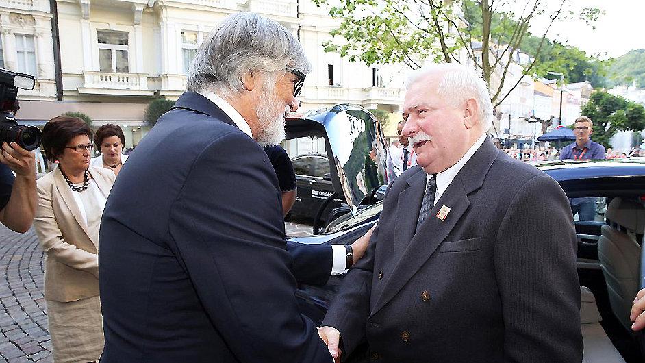 Lech Walesa (vpravo) se zdraví s Jiřím Bartoškou v Karlových Varech.