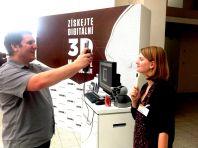 Redaktorka HN Adélá Skoupá podstupuje skenování obličeje.