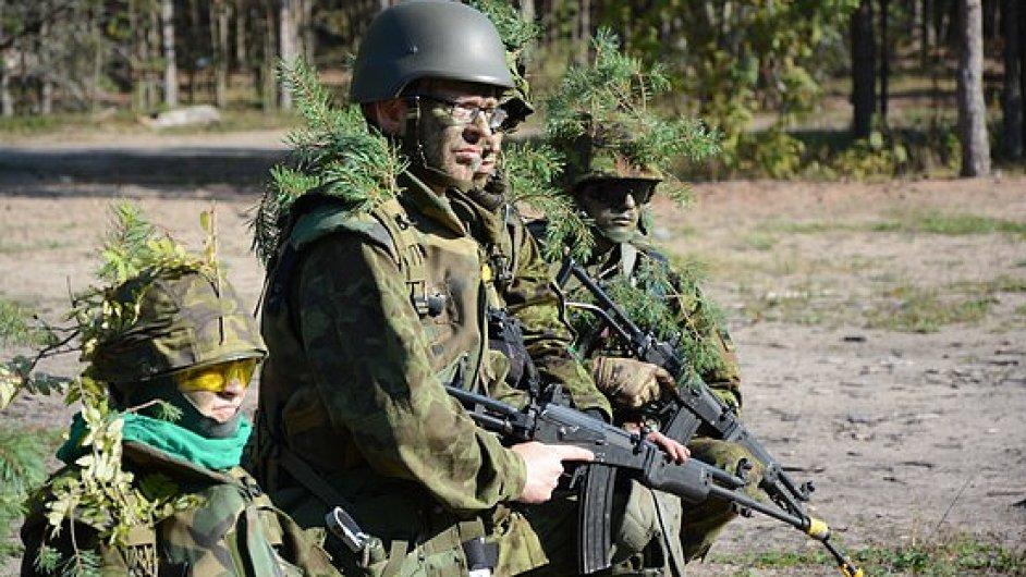 Vojáci estonské dobrovolnické ligy zaujímají pozice při cvičení.