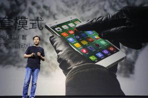 Čínskému výrobci telefonů Xiaomi je vytýkáno, že kopíruje Apple do nejmenších podrobností. Při prezentaci produktů se dokonce jeho výkonný ředitel Lej Ťün obléká jako někdejší šéf Applu Steve Jobs.