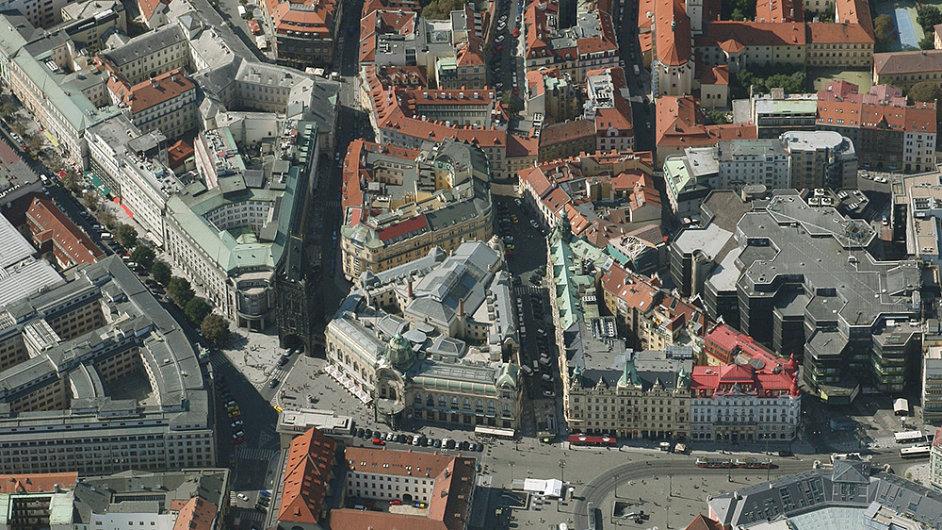 Náměstí Republiky v roce 2012. Vpravo je vidět masa nákupního centra Palladium, která nahradila původní dvůr s parkovištěm.