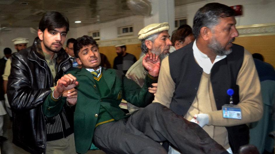 Pákistánští dobrovolníci přenášejí zraněného studenta po útoku Tálíbánu.