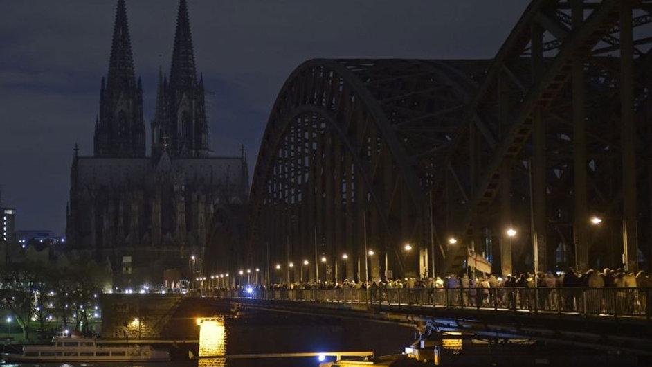 Kolínská katedrála zhasla, když kolem ní procházeli zastánci hnutí Pegida.