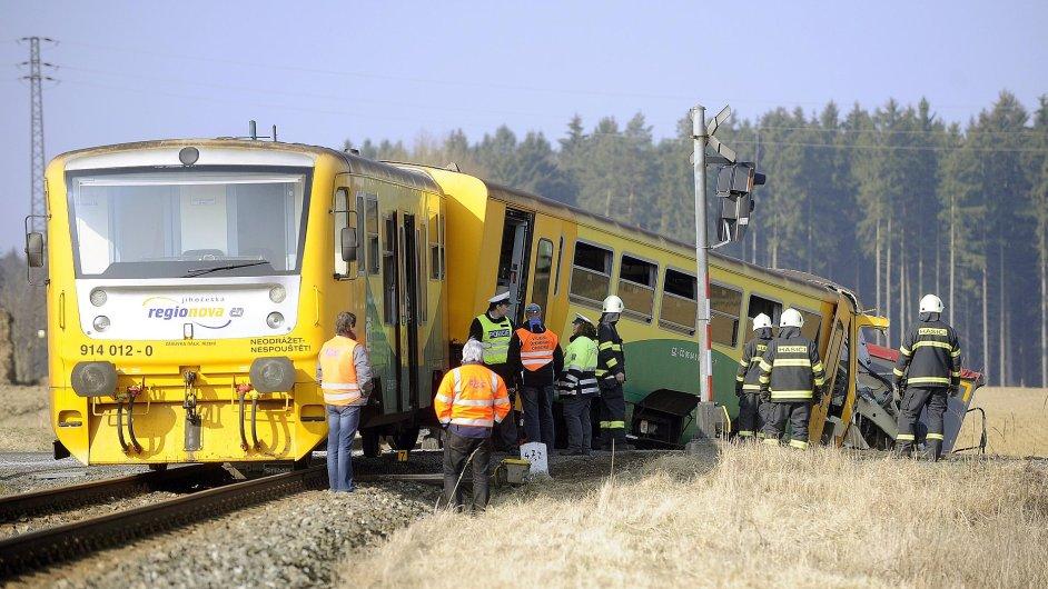 Na trati u Obrataně se ráno srazil osobní vlak s kamionem, vlak po srážce vykolejil.