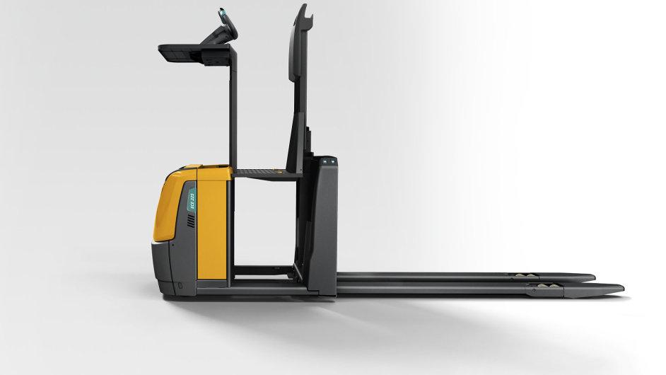 ECE 225 HP-LJ umožňuje pojezd i se zvednutou plošinou a ovládací jednotkou