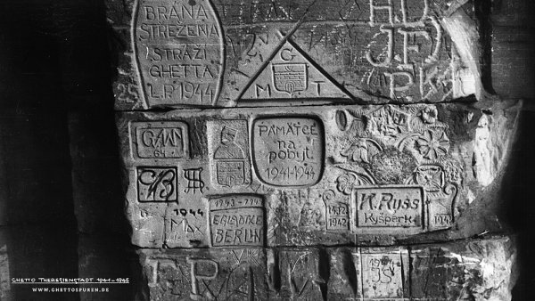 Experti rozlu�tili rytiny �id� v�zn�n�ch v Terez�n�. Nechyb� Davidova hv�zda a chanukov� sv�cen