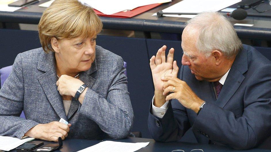 Německá kancléřka Angela Merkelová a ministr financí Wolfgang Schäuble těsně před hlasováním o třetím záchranném balíčku pro Řecko