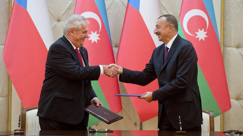 Prezident Miloš Zeman (vlevo) a jeho ázerbájdžánský protějšek Ilham Alijev podepsali deklaraci o strategickém partnerství obou zemí.
