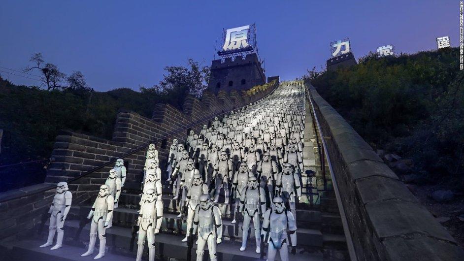 V rámci reklamní kampaně na nové Star Wars se u Velké čínské zdi shromáždilo 500 vojáků stormtrooperů.