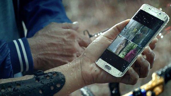 Samsung na reklamn�m videu ukazuje jednu z p�ednost� mobil� Galaxy S7 a Galaxy S7 Edge - vod�odolnost.