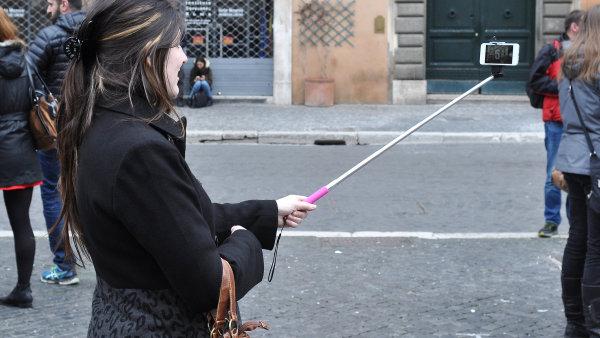 Pomoc� popul�rn� selfie-ty�e se fot� zejm�na turist�. - Ilustra�n� foto.