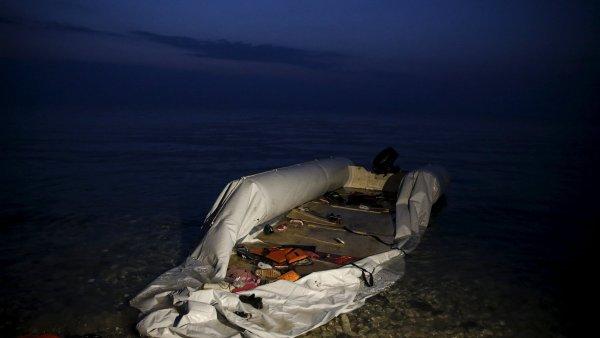Napůl vyfouklý člun vyfocený krátce poté, co uprchlíci a migranti dosáhli břehu řeckého ostrova Lesbos