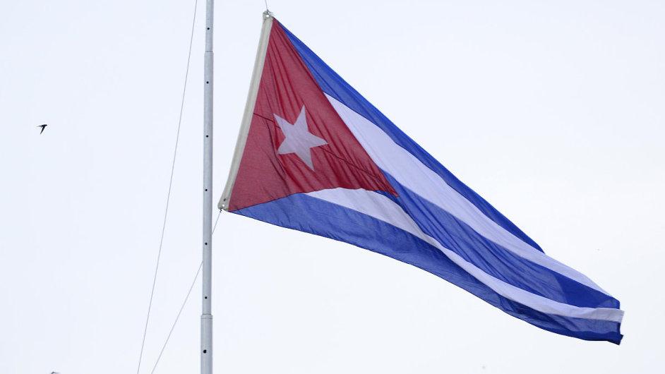 Kubánská zástava u hotelu Nacional v Havaně na snímku z 20. března, kdy přiletěl na Kubu Barack Obama jako první prezident USA po 88 letech.