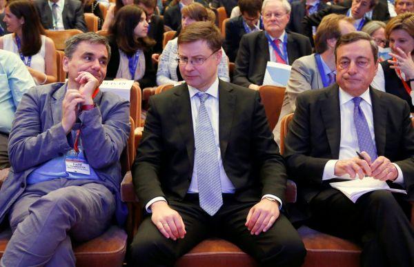 Valdis Dombrovskis (uprostřed)