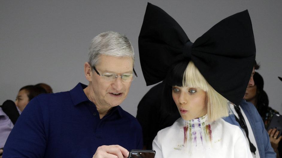 Šéf Applu Tim Cook předvádí nový iPhone 7.