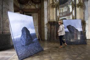 Fotografka Kotzmannová připravila výstavu na míru baroknímu paláci v Praze, kombinuje zde vizuální motivy