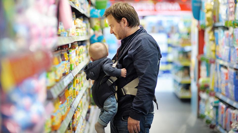 Otec a syn, dítě, supermarket - ilustrační foto